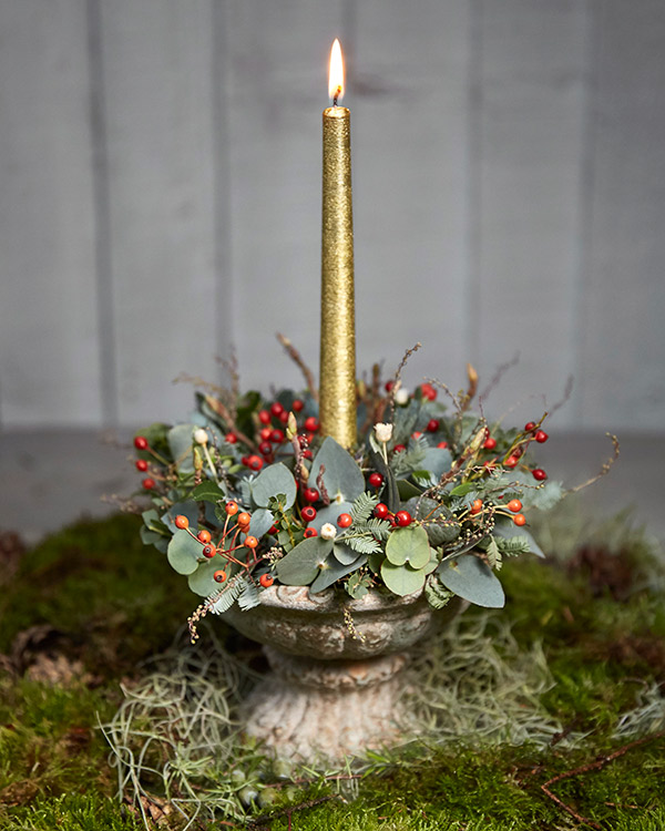 Table arrangement with gold candle